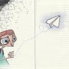 Expat en vrac - Jeune garçon rêveur gribouillé sur un cahier jetant un avion