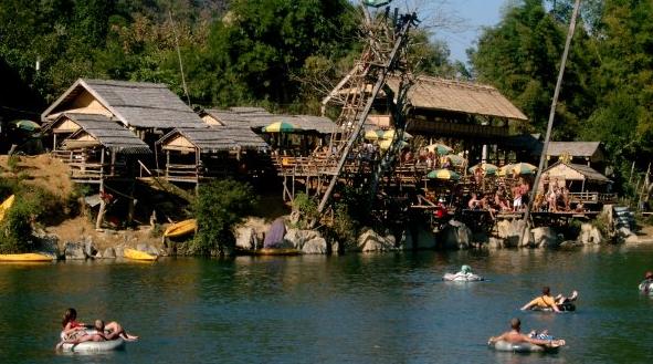 7 choses etranges et controversees a faire en Asie du Sud Est - Boire de l'alcool au bord d'une rivière à Vang Vieng