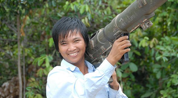 7 choses etranges et controversees a faire en Asie du Sud Est - Tirer avec un Bazooka au Cambodge