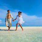 Couple main dans la main Maldives